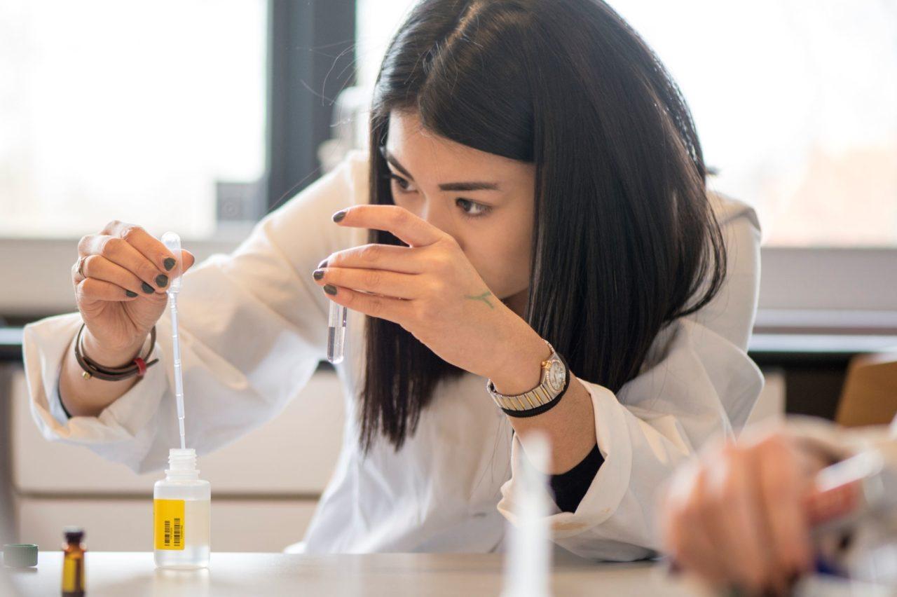 Ung kvinde i laboratoriet