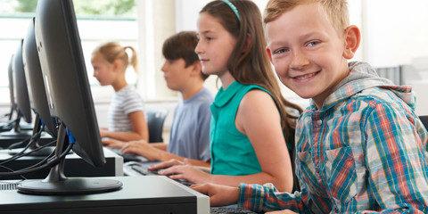 elever-arbejder-ved-computere