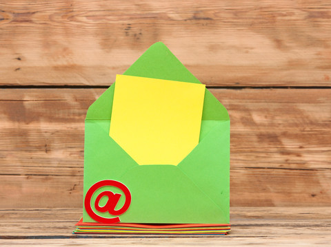 Kuvert i farver med et snabel A
