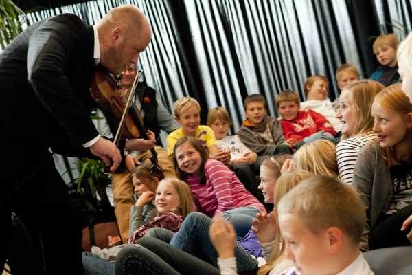 Musiker spiller koncert for skoleelever