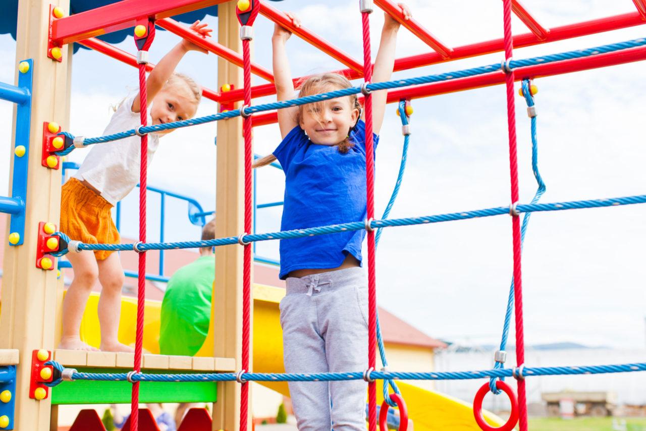 Børn klatre i på skolens legeplads