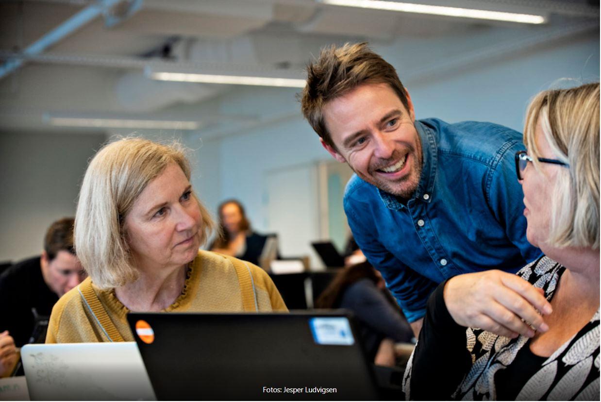 Underviser og deltagere i dialog på kursus i dataforståelse