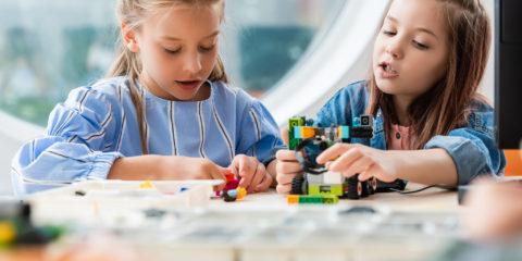 To piger bygger og er kreative