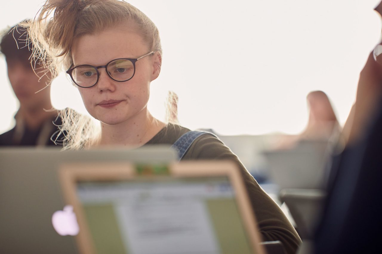 Ung gymnasieelev arbejder på sin computer
