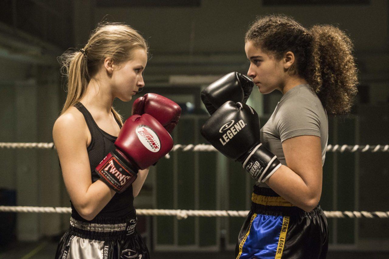 Billede fra filmen Fight Girl med to piger i boksering