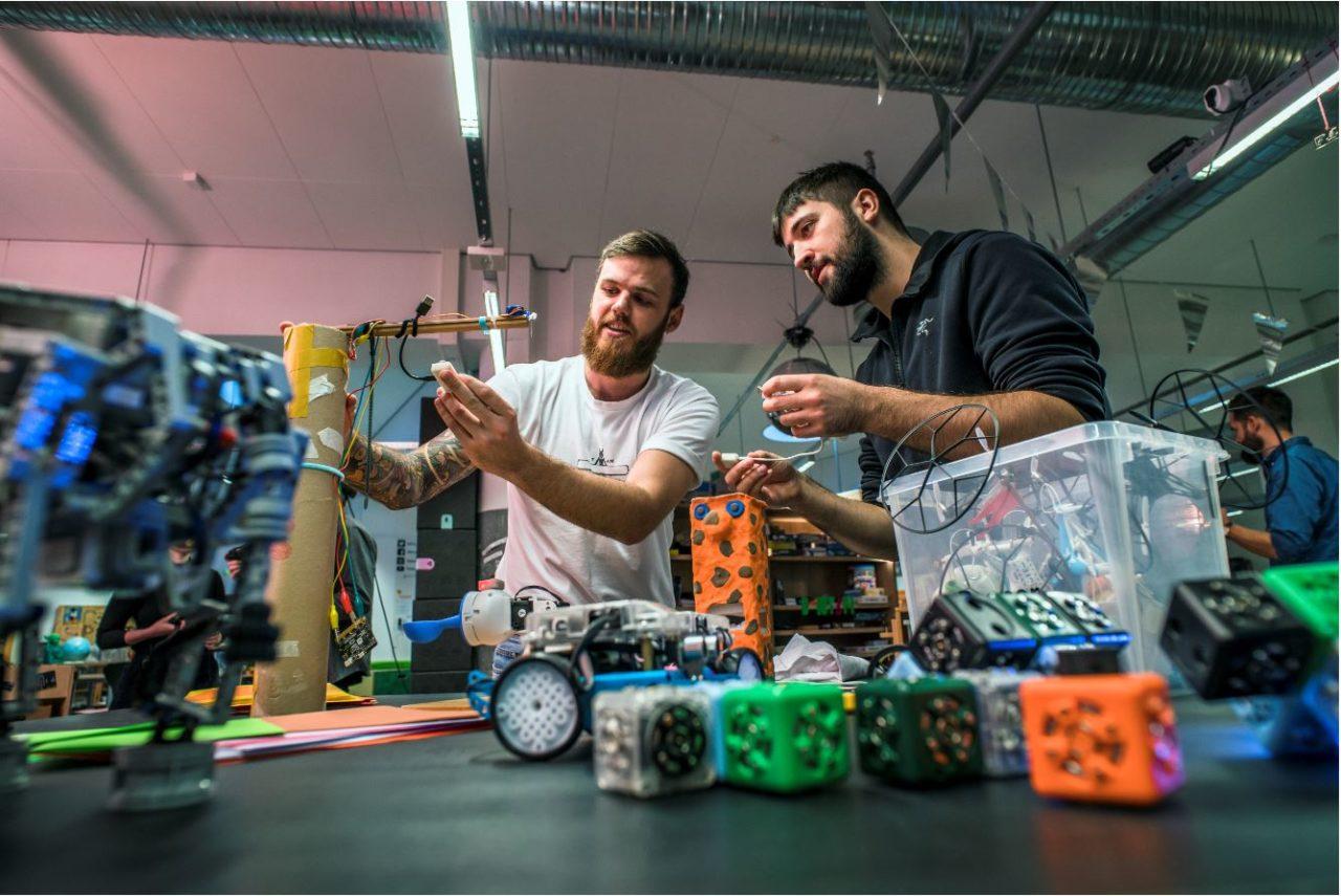 Der bygges sjove tinge i FCL af to fra Future Classroom Teacher uddannelsen