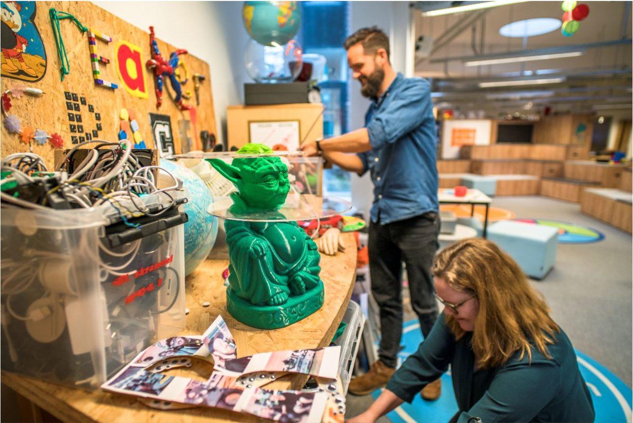 To konsulenter i FCL leder efter sjove ting og har en Yoda figur stående på bordet i FCL