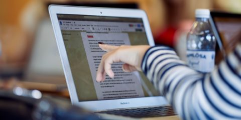 Gymnasieelev sidder ved sin computer