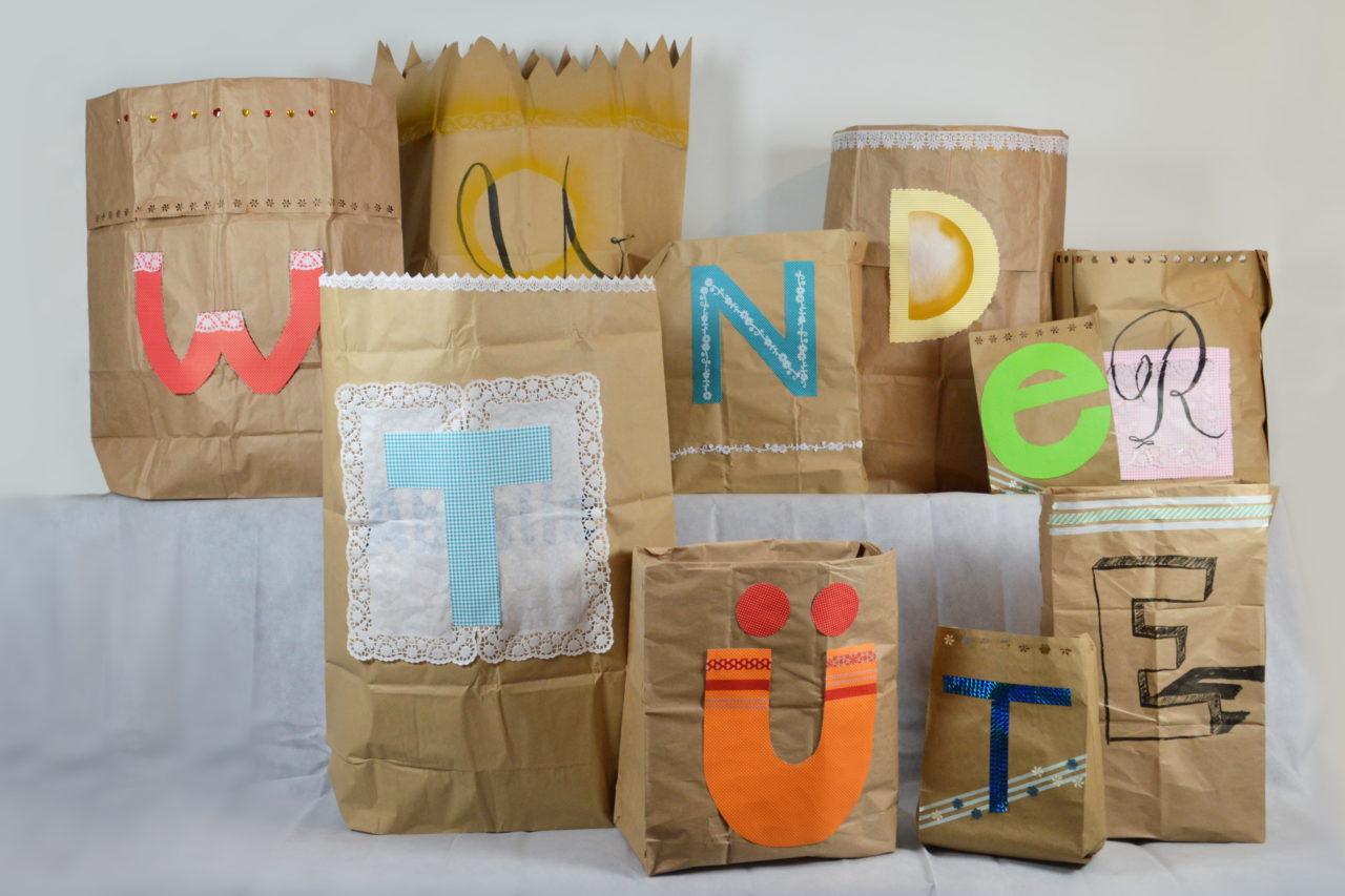 8 papirsposer med bogstaver på der danner 2 tyske ord