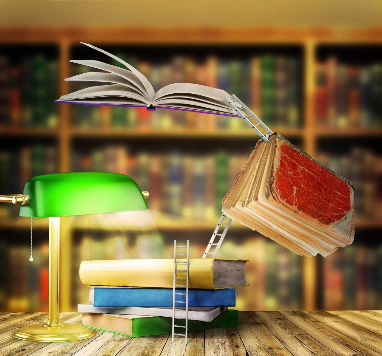 Svævende bøger og små trappestiger på skrivebord med bogreoler i baggrunden