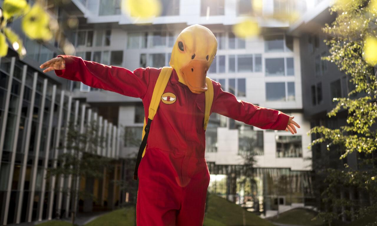 Billede fra filmen Gooseboy med drengen Viggo i set gåsekostume