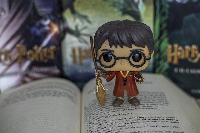 Billede af lille Harry Potter figur stående på åben bog